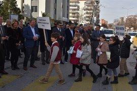 Karşıyaka'da yaya öncelikli trafik uygulaması ilgi gördü