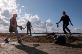 Gönüllüler Mavişehir'de plastik topladı...