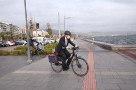 Tunç Soyer Karşıyaka'ya bisikletle geldi