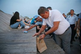 Tugay ve Gökçe sahilde kese kağıdı dağıttılar