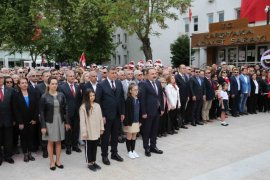 Başkan Tugay makamını çocuklarla paylaştı