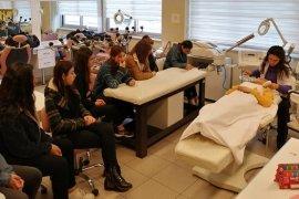 Karşıyaka'da meslek liseleri öğrencilerini ailelerle buluşturuyorlar...