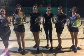 Karşıyaka'da gece tenis okulu açıldı
