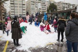 Başkan Alaybeyli çocuklara kar getirtti...