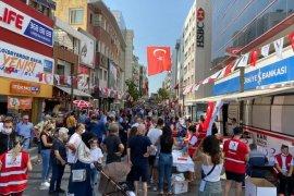 Türk Kızılay Karşıyaka Şubesi, Çarşı'da aşure dağıttı, kan topladı