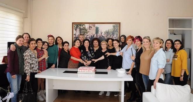 Karşıyaka Halk Eğitim Merkezi'nde 8 Mart için pasta kestiler...