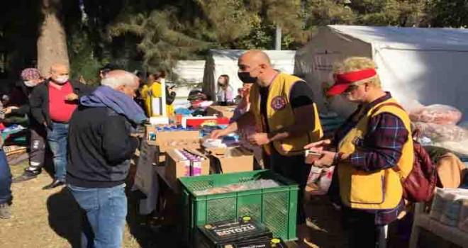 """Deprem için  """"İyilik Stantları """" kurdular, 24 saat hizmet ediyorlar"""