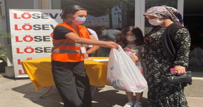 LÖSEV'in İzmir'de et dağıtımı devam ediyor