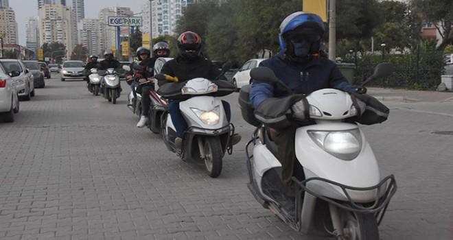 Motosikletli kuryelerden Karşıyaka'daki sitelere tepki