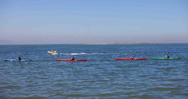 Karşıyaka'da kanolar 19 Mayıs için suya indi