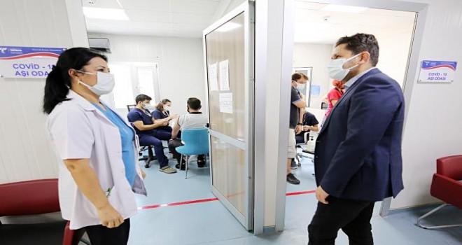 İl Sağlık Müdürü Öztop'tan Karşıyaka'da aşı uygulamalarına denetleme