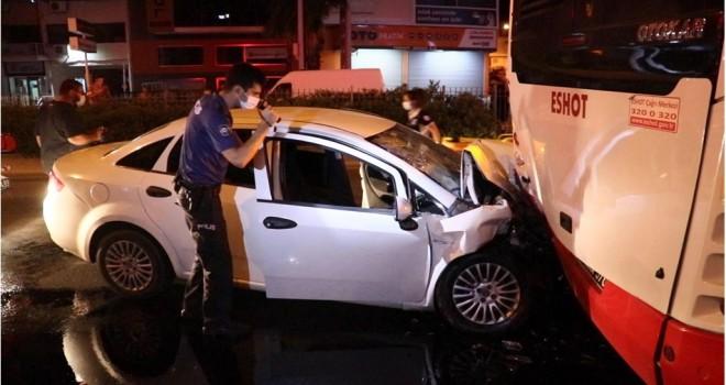 Karşıyaka'da otomobil, belediye otobüsüne çarptı 2'si çocuk 4 yaralı