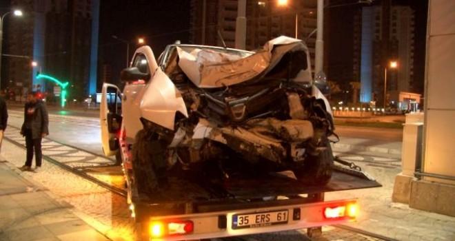 Karşıyaka'da üst geçidin ayağına çarpan sürücü ağır yaralandı