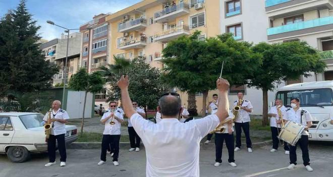 Karşıyaka Belediye Bandosu mahalle konserlerine başladı