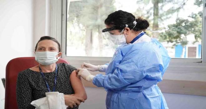 Ege'de sağlık çalışanları koronavirüse karşı aşı olmaya başladı