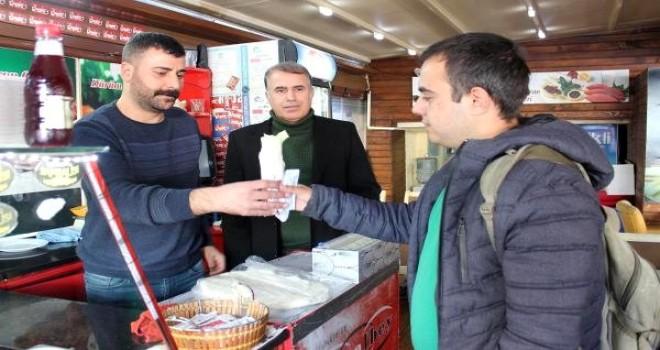 Karşıyaka'da esnaf öğrencilere sahip çıkıyor