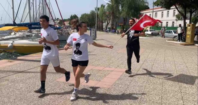 Başkan Gürbüz ile Foçalı gençler Atatürk'e saygı için koştu