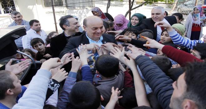 Buca Belediye Başkan Adayı Bekiroğlu çocuklara oyuncak dağıttı