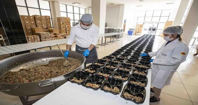 İzmir'de 430 bin kişilik iftar sofrası