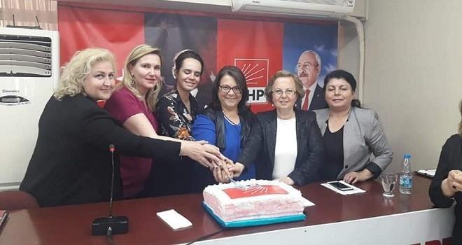 CHP'nin Karşıyakalı kadınları başarılarına pasta kesti
