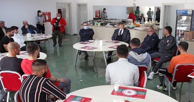 Belediye Başkanı Tugay, Karşıyakalı futbolcuları ziyaret etti