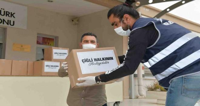Çiğli Belediyesi'nden esnafa gıda kolisi desteği