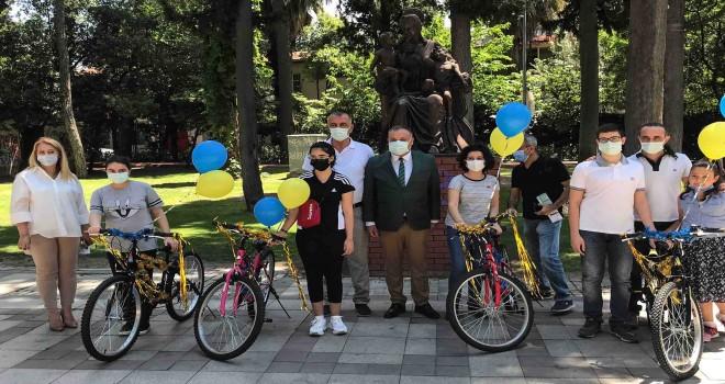 Dünya Bisiklet Günü'nde dereceye giren gençlere hediye