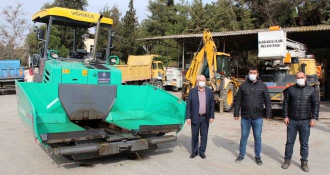Karabağlar Belediyesi, asfalt serim makinesini de ilçeye kazandırdı