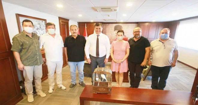 Karşıyakalı Kanarya Yetiştiricileri'nden Başkan Tugay'a ziyaret