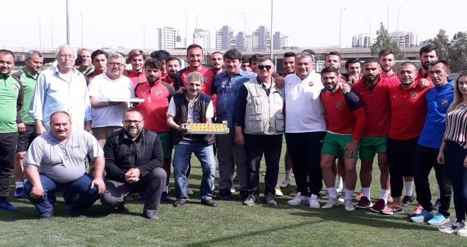 Karşıyakalı Kanarya Severler'den KSK'li futbolculara baklava