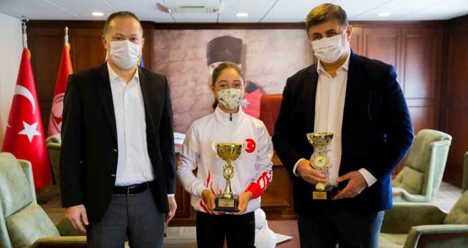 Milli tenisçi Başkan Tugay'ı ziyaret etti