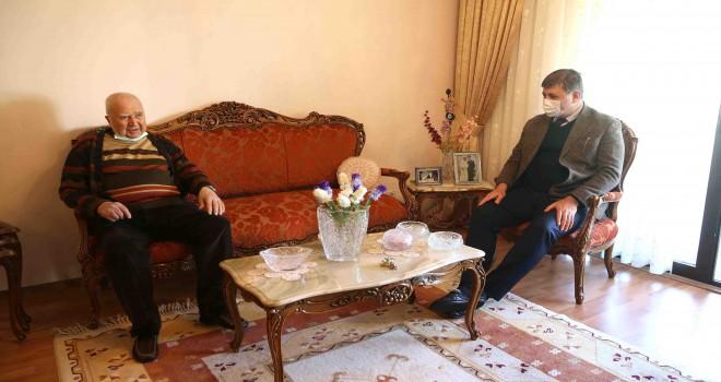 Başkan Tugay'dan asırlık çınara ziyaret