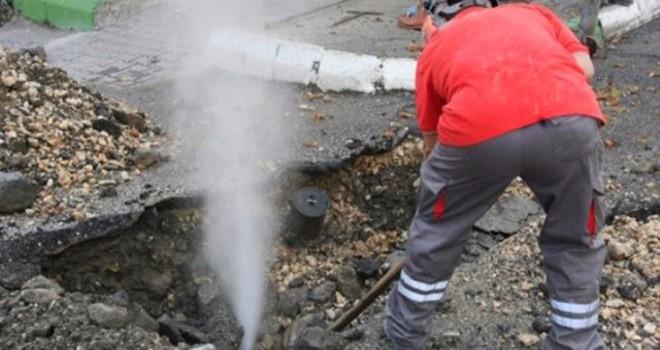 Bostanlı'da bu kez doğalgaz çalışması boru patlattı, sular kesildi