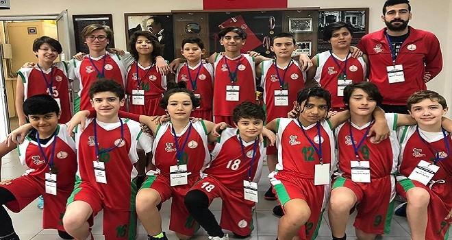 Karşıyaka Belediyespor'un minik basketbolcuları kupayı aldı