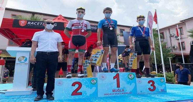 Karşıyakalı bisikletçiler madalyaları topladı