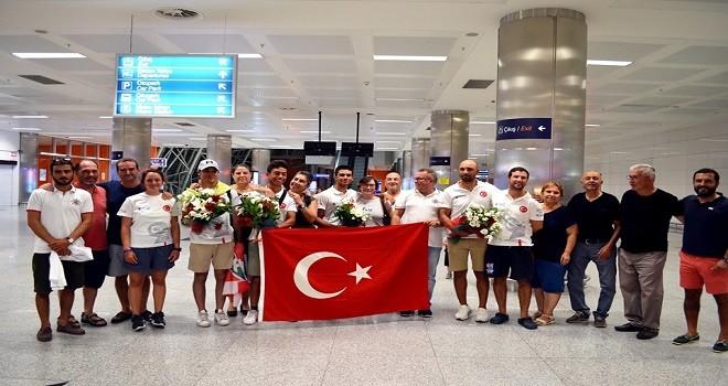 Karşıyakalı Dünya Şampiyonu yelkenci törenle karşılandı