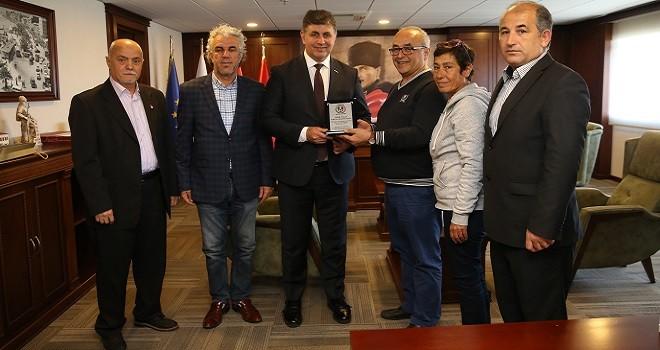 Karşıyaka Amatör Futbol Kulüpleri Başkan Tugay'ı ziyaret etti