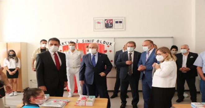 Bakan Yardımcısı Prof. Dr. Aşkar, Karşıyaka Kaptan Altay Altuğ İlkokulu'nda törene katıldı