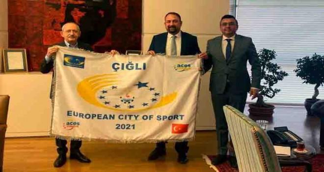 Başkan Gümrükçü, Avrupa Spor Kenti ödülünü Kemal Kılıçdaroğlu'na takdim etti