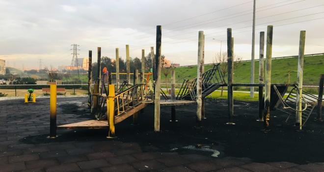 Bu kez de Zübeyde Hanım Mahallesi'nde çocuk parkı yandı...