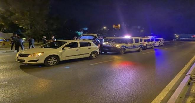 Karşıyaka'da polisten kaçarken çaldıkları televizyonu yere attılar