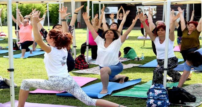 Karşıyaka'daki yoga buluşmasına büyük ilgi