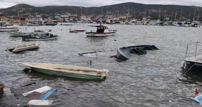 Fırtına Foça'da tekneleri batırdı