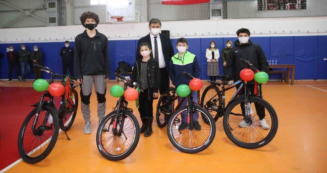 Karşıyaka'da atık metal kutuyu getiren gençler bisikletlerini aldı