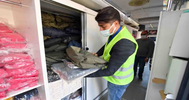 İzmir Büyükşehir'in giyim otobüsü depremzedelerin hizmetinde