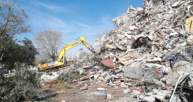 Bayraklı'da ağır hasarlı binalar yıkılıyor