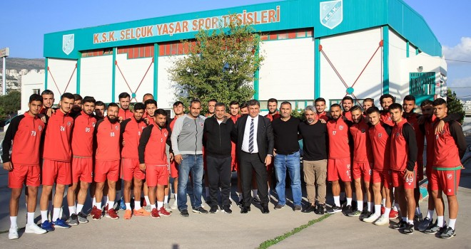 Karşıyaka Belediye Başkanı Tugay,  futbolculara primleri ödedi...