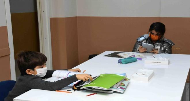 Karabağlar Belediyesi'nden öğrencilere eğitim desteği