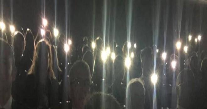 10 Kasım Programı cep telefonu ışıklarıyla yapıldı...