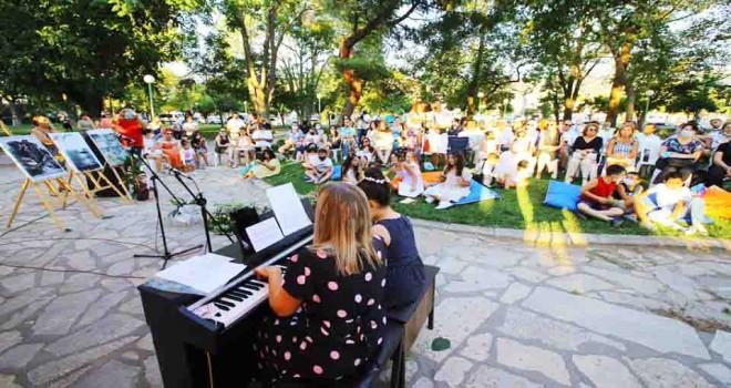 Efes Selçuklu çocuklardan piyano dinletisi